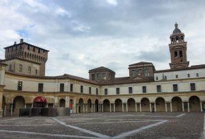 Il cortile interno del castello di San Giorgio