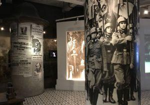 Una salla del museo della Fabbrica di Schindler