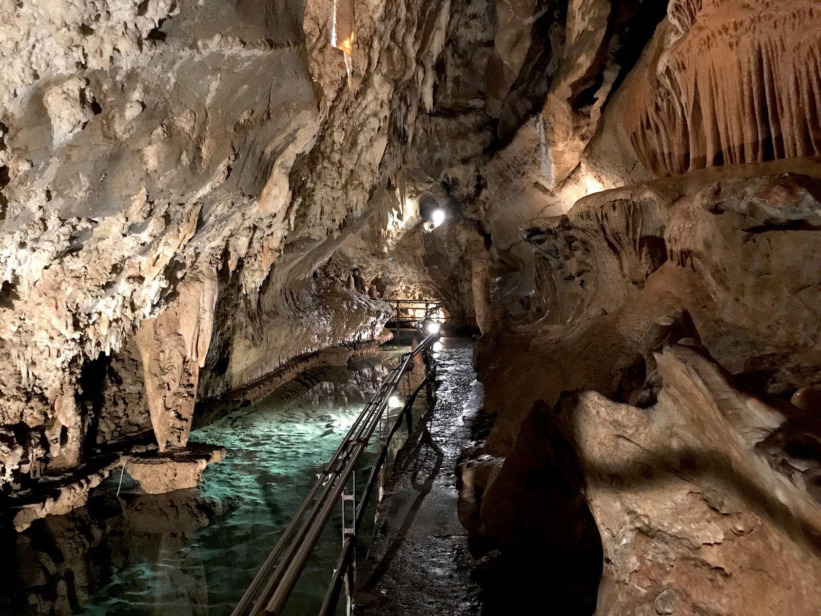 Un passaggio delle Grotte di Toirano