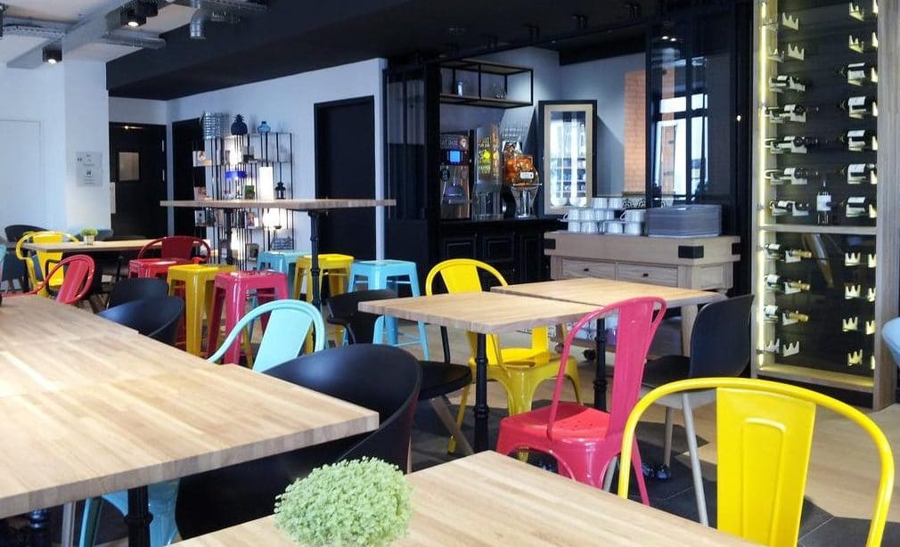 Sala colazione dell'ibis Styles Dinan Centre Ville