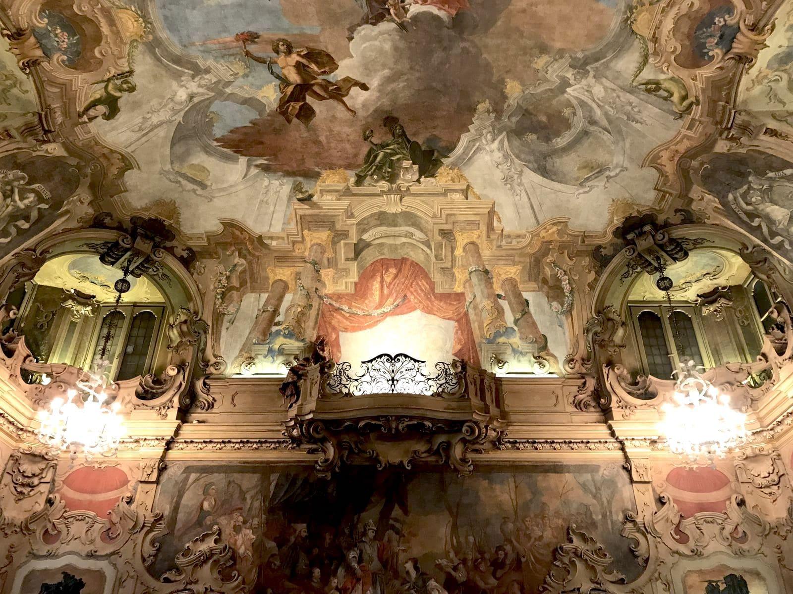 I soffitti della sala da ballo di Palazzo Visconti