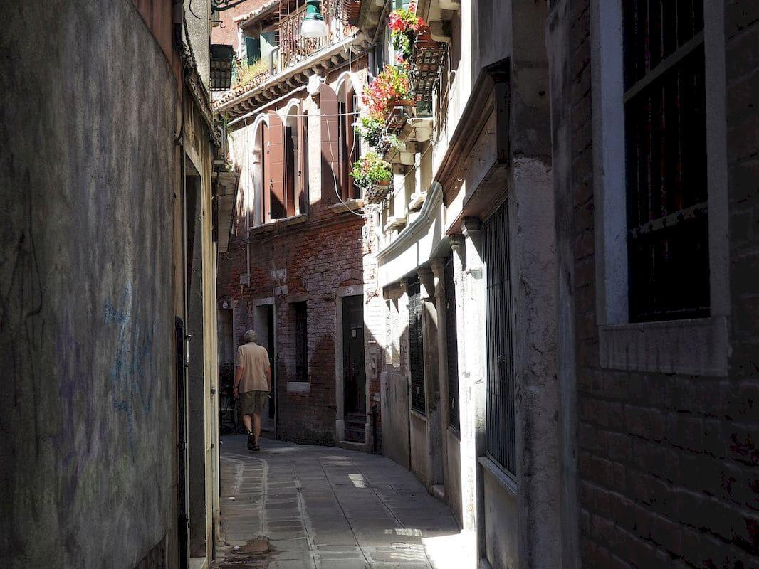 Caminare per le calli di Venezia