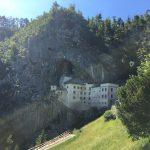 Il castello di Predjama in Slovenia