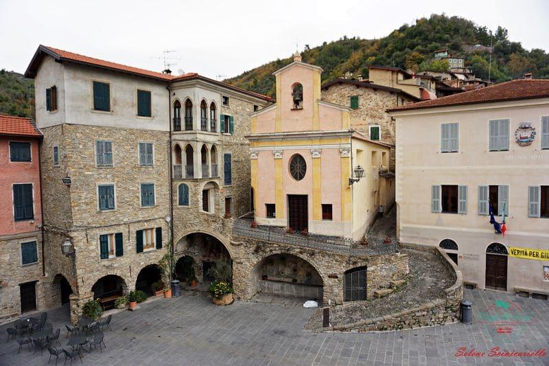 Piazza del borgo di Apricale