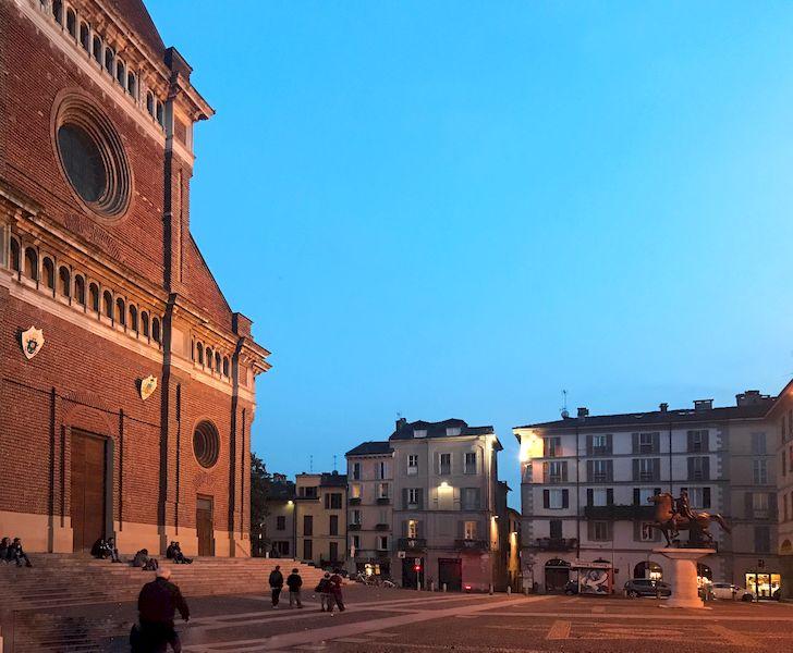 Piazza del Duomo di Pavia al tramonto