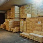 Le casse di vino pronte per la distribuzione