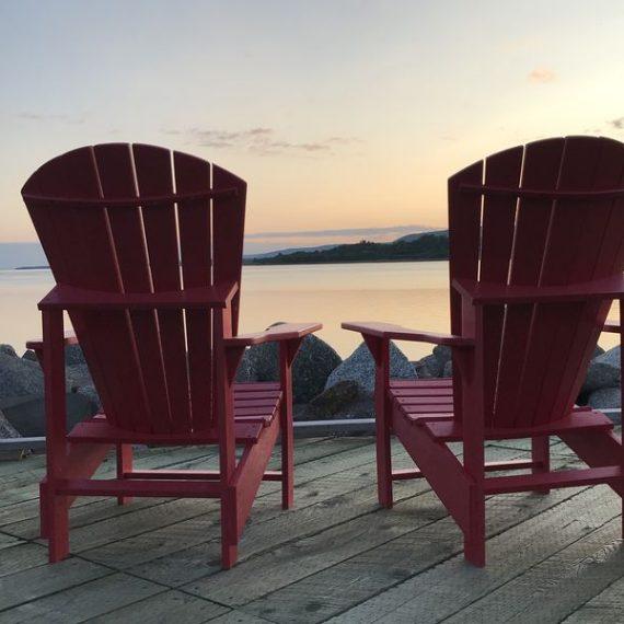 Adirondack chair al tramonto