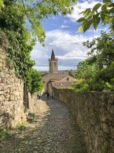 la strada che scende dal Castello di Soave