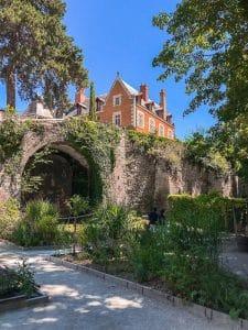 Vista su castello dai giardini