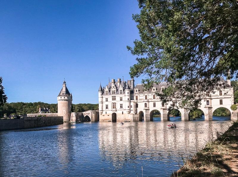Il castello di Chenonceau dalla sponda del fiume