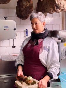 Barbara Ceccotti nella macelleria di Lari