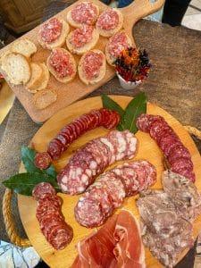 La degustazione di salumi alla macelleria Balestri a Lari