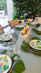 tavola apparecchiata in stile tropical