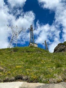 I piloni elettrici nei pressi della diga di Morasco