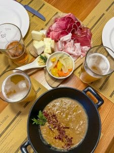 Zuppa di cipolle, salumi e formaggi