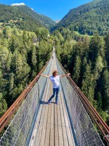 In preda alle vertigini sul Goms Bridge