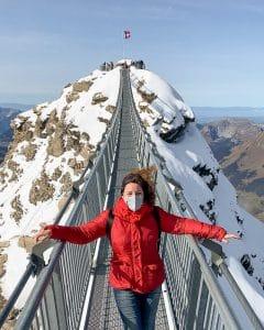 Donna sul ponte sospeso a Glacier 3000
