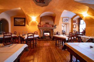 Il camino nella sala ristorante di Maison Rosset