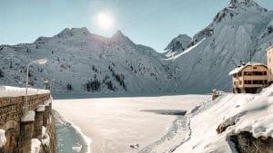 Il lago e la diga di Morasco in inverno