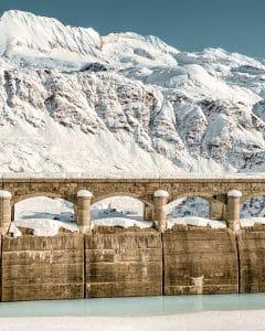 Riale incorniciato dalla diga