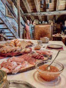 Tavola con prodotti da colazione alla Confrérie du Moyen Âge