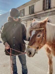 Uomo accanto al cavallo