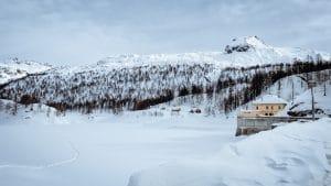 Il lago Devero ghiacciato e la diga di Codelago