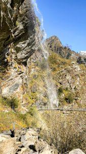 La cascata del Sajont e le passerelle sulla roccia
