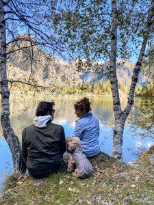 Uomo donna e cane di fronte al lago di Antrona