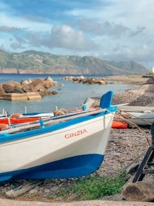 Barche in secca sulla spiaggia di Lingua a Salina