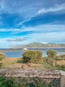 Salina: il faro e il lago salmastro di Lingua