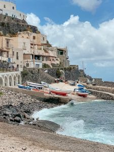 le case di Malfa che affacciano sul porto