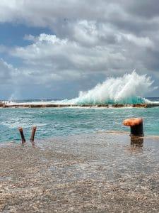 Le onde si infrangono sul frangiflutti a Malfa