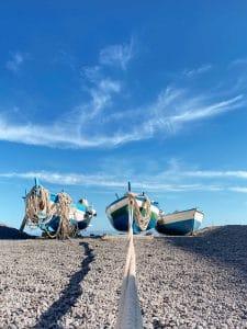 Salina: barche sulla spiaggia di Rinella