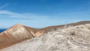 Le fumarole sul bordo del cratere