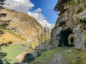 Il percorso sulla sponda destra del Lago di Campliccioli